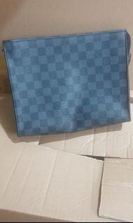 LV pouch unisex good condition