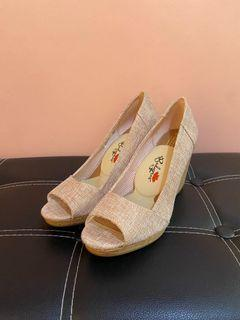 Toms wedge size 8.5