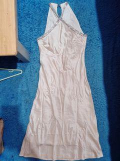 Dress warna kulit kalau dipake keliatan anggun banget dengan kerlip2 di bagian leher