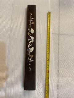 柴檀木鑲貝殼鎮紙(長約39.5公分)