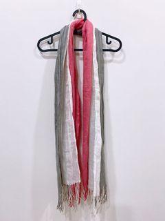 9成新 白灰粉三色造型圍巾 $50