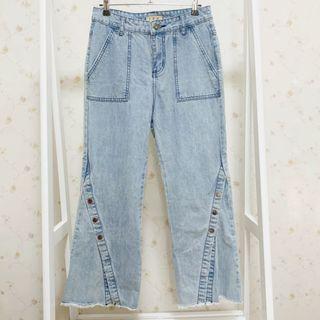 韓版顯瘦下擺開岔鈕扣牛仔刷色丹寧高腰喇叭直筒褲-淺藍F