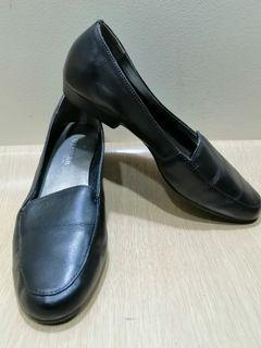 St. John's Bay Size 6.5 Women Leather Loafers