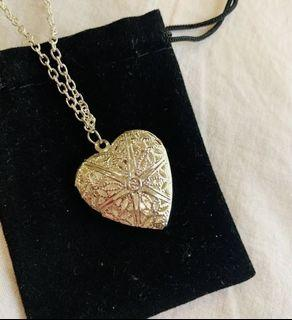 Super Pretty! Vintage Style Silver Intricate Heart Locket Necklace