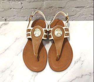 (瑕疵特價)Tommy Hilfiger 棕色白色拼色金屬圓牌LOGO平底夾腳涼鞋