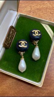 香奈兒古董耳環 模特兒Lena同款 黑色圓釦珍珠水滴吊飾夾式金色耳環