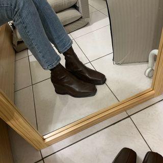 深咖色楔型跟靴子